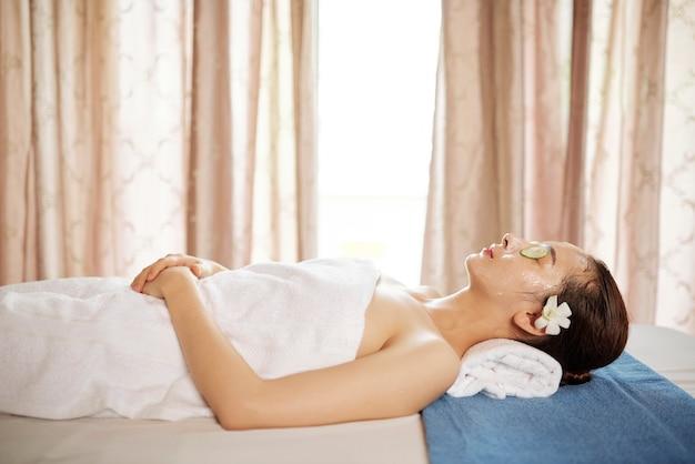 Vrouw die met gezichtsmasker rust