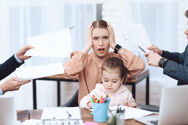 Vrouw die met haar dochter naar het werk kwam