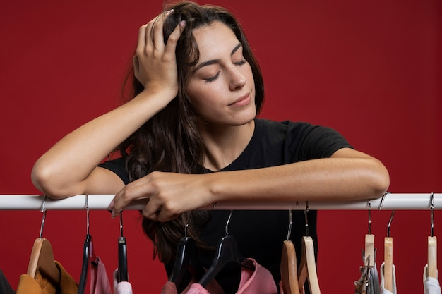 Vrouw die met haar ogen blijft die bij het winkelen worden gesloten