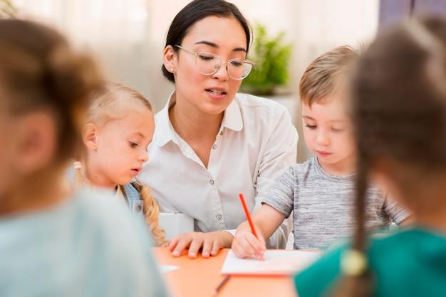 Vrouw die met haar studenten communiceert