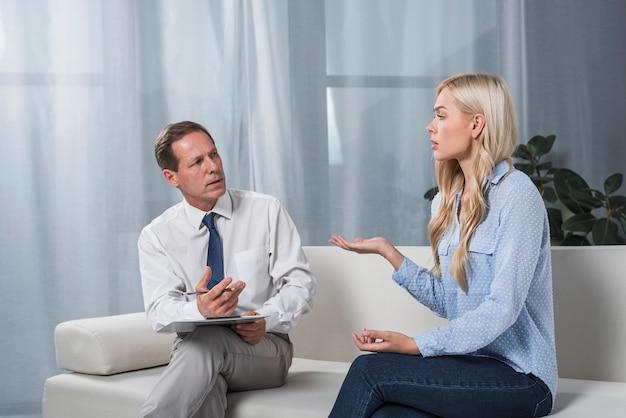 Vrouw die met haar thepaist spreekt