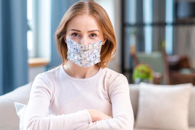 Vrouw die met masker in quarantainemiddelschot blijft