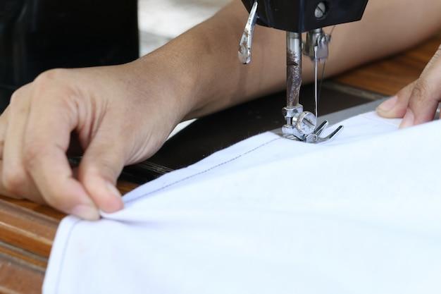 Vrouw die met naaimachine werkt.