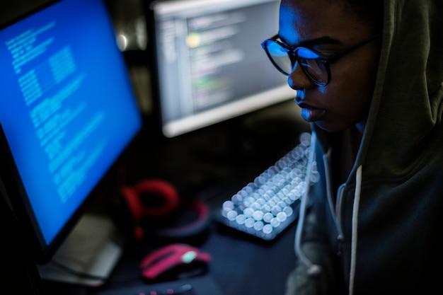 Vrouw die met oogglazen voor computer werkt