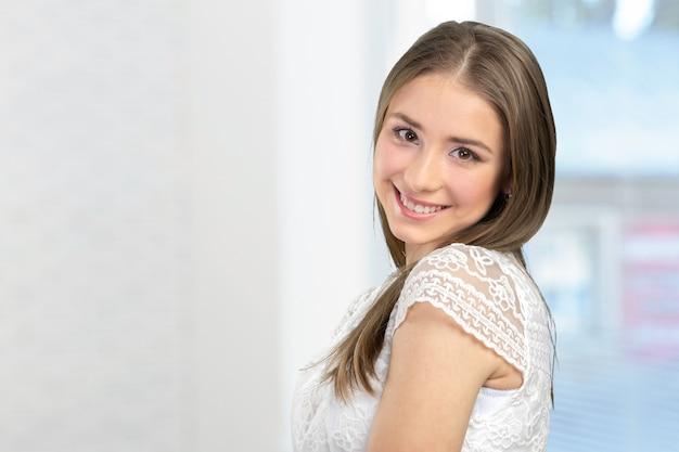 Vrouw die met perfecte glimlach glimlacht