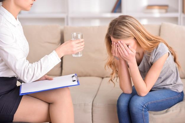 Vrouw die met psycholoog over de problemen spreekt.