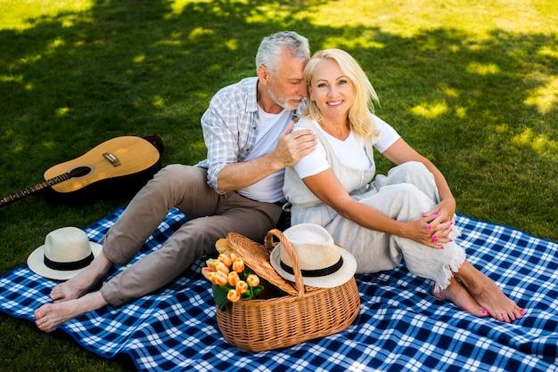 Vrouw die met zijn man aan haar kant glimlacht