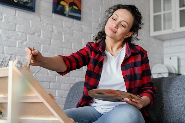Vrouw die middelgroot schot schildert