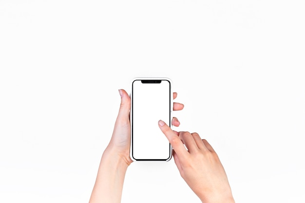 Vrouw die mobiele telefoon met het lege witte scherm met behulp van