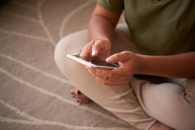 Vrouw die moderne smartphone gebruikt