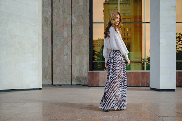Vrouw die modieuze kleding draagt