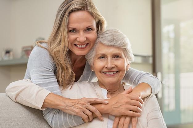 Vrouw die moeder met liefde koestert