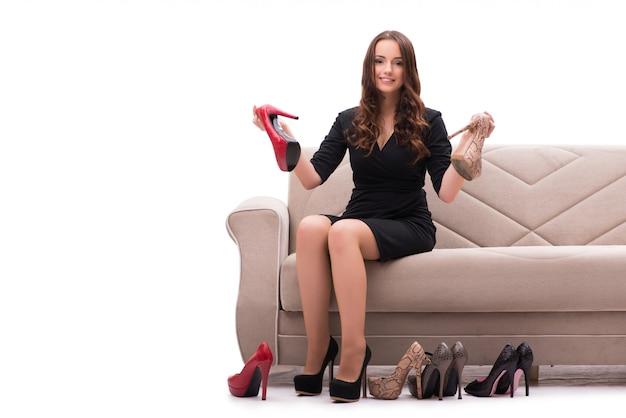 Vrouw die moeilijke keus tussen schoenen heeft