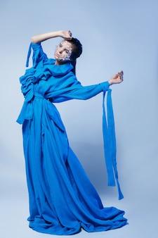 Vrouw die mooie blauwe kleding draagt
