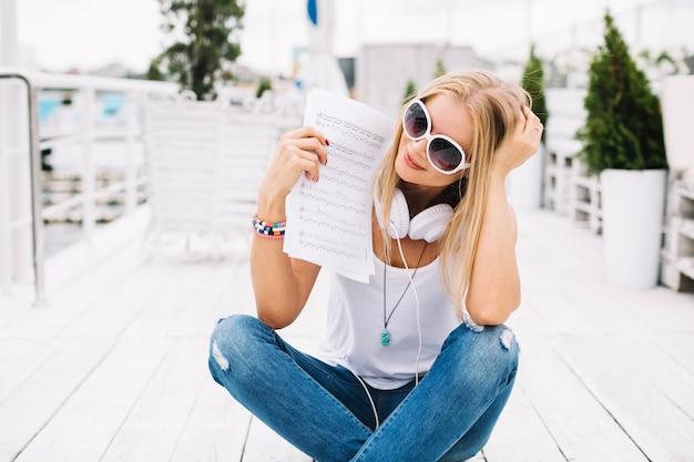 Vrouw die muziekblad bekijkt
