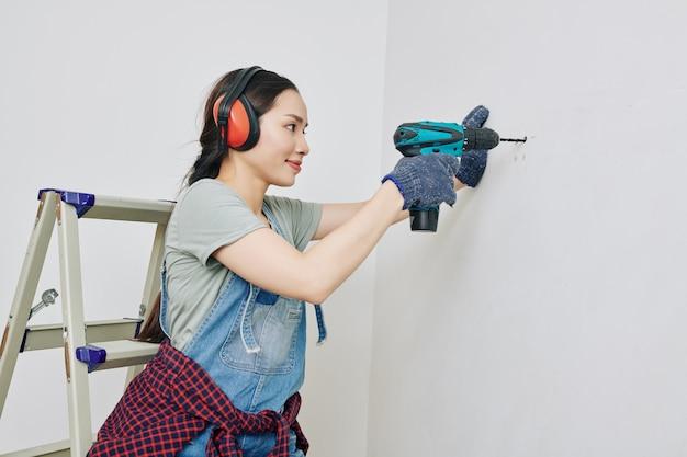 Vrouw die nieuw appartement remodelleert
