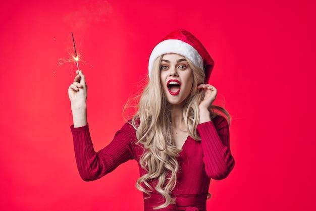 Vrouw die nieuwe jaarkleren draagt die decoratiemode kerstmis stellen