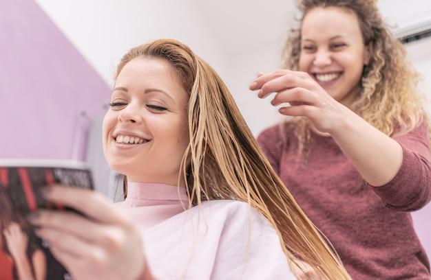 Vrouw die nieuwe kapsel bij de salon verandert