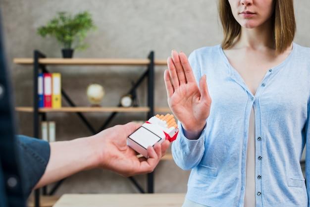 Vrouw die nr aan sigaret zeggen die door haar mannelijke vriend aanbieden