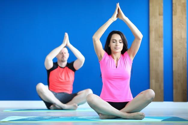 Vrouw die oefening met omhoog handen uitvoert