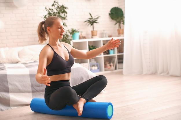 Vrouw die oefening op een speciale simulatorbalancer doet. evenwichtstraining.