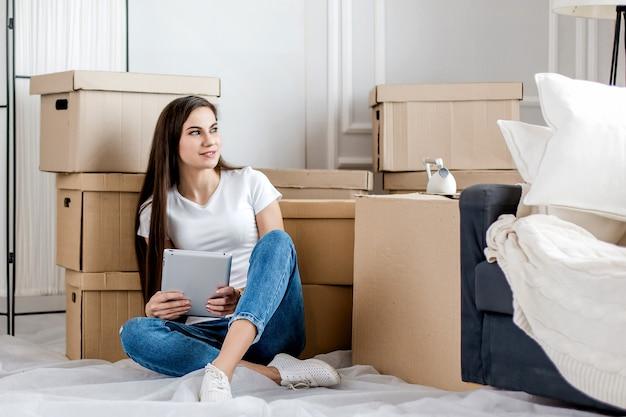 Vrouw die online aankopen doet voor haar nieuwe appartement