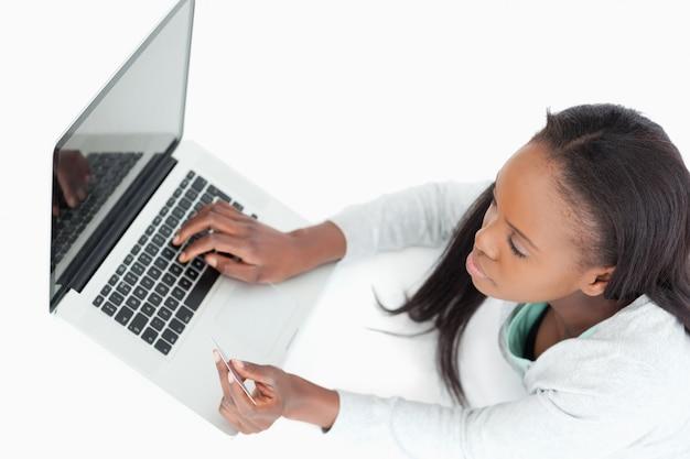 Vrouw die online een vlucht boekt