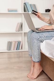 Vrouw die online het winkelen doet