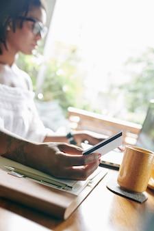 Vrouw die online met creditcard betaalt