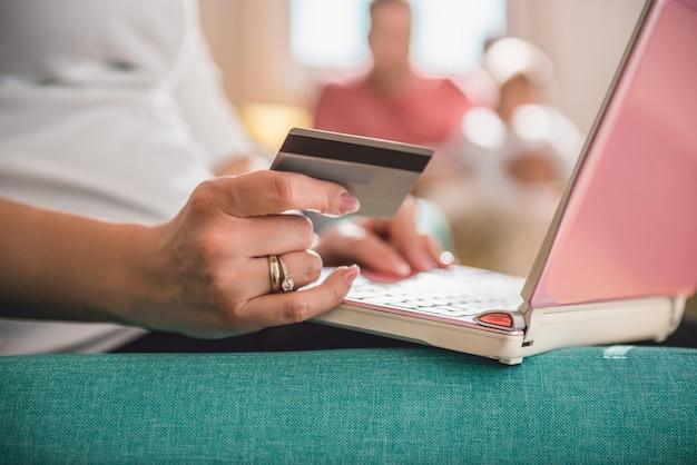 Vrouw die online met creditcard winkelt
