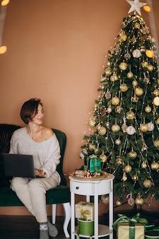 Vrouw die online op kerstmisverkoop winkelt