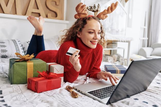 Vrouw die online winkelt voor kerstcadeautjes