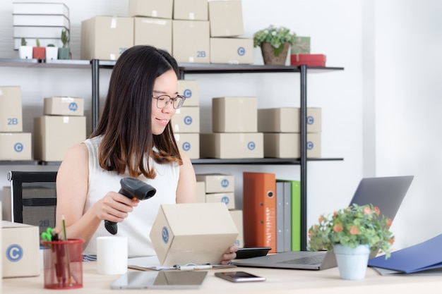 Vrouw die online zaken van huis werkt.
