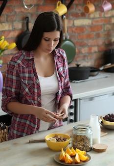 Vrouw die ontbijt in de keuken heeft