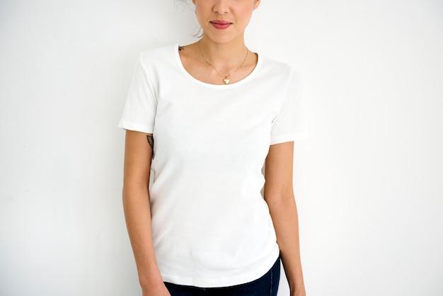 Vrouw die ontwerp ruimte wit t-stuk draagt
