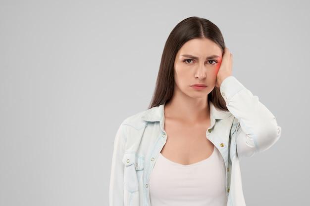 Vrouw die oorpijn toont