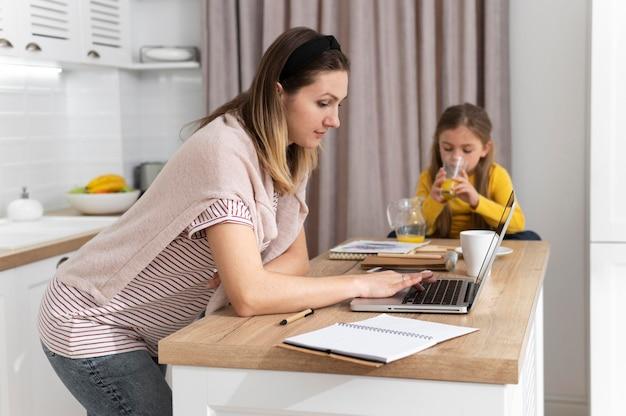 Vrouw die op afstand met laptop werkt