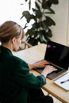 Vrouw die op afstand thuis werkt tijdens de coronaviruspandemie