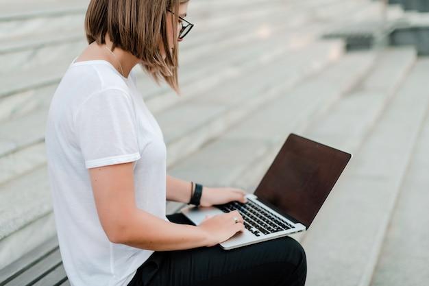 Vrouw die op afstand werkt als freelance en op laptop typt