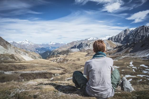 Vrouw die op de bergtop rust