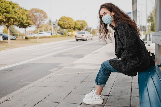 Vrouw die op de bus wacht
