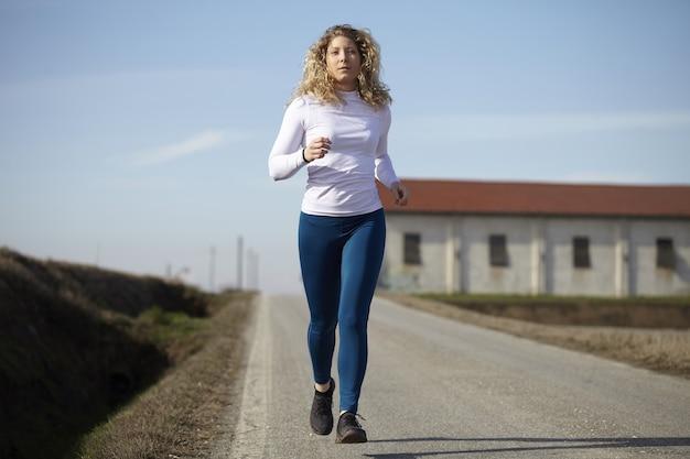 Vrouw die op de gebieden loopt