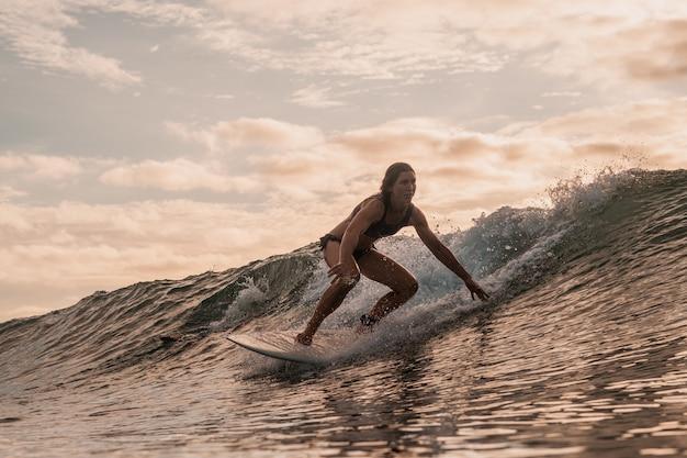 Vrouw die op de mentawai-eilanden, sumatra, indonesië surft