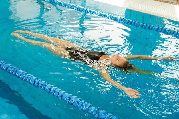 Vrouw die op de rug zwemt