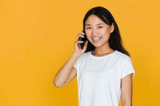 Vrouw die op de telefoon met exemplaarruimte spreekt