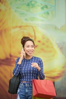Vrouw die op de telefoon spreekt