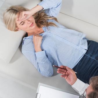 Vrouw die op divan legt
