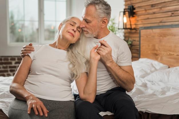 Vrouw die op echtgenootschouder leunt