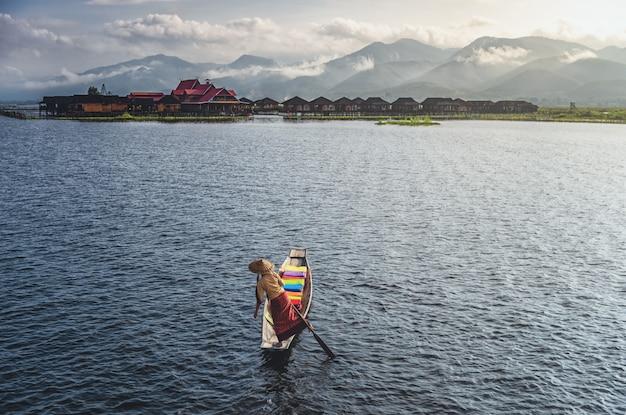 Vrouw die op een boot door het meer roeit