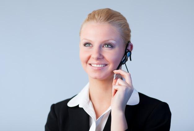 Vrouw die op een hoofdtelefoon spreekt